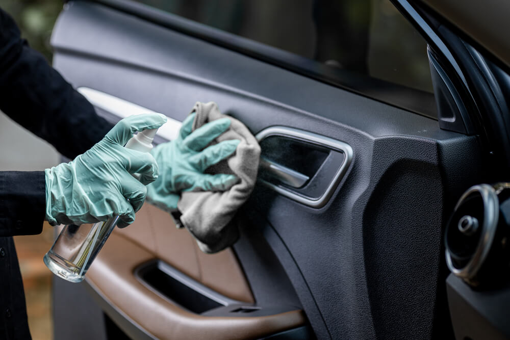 hand desinfecting car door how to desinfect your car